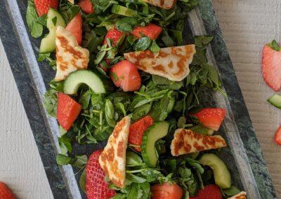 Ærteskuds Salat Med Halloumi & Jorbær