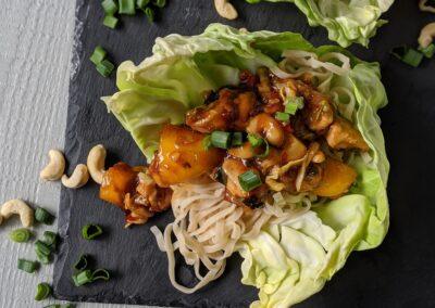 Asiatisk Kylling Cashew Wraps Med Spidskål & Æg Nudler