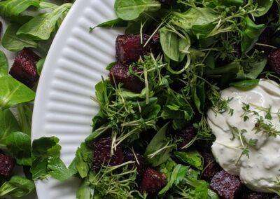 Bagt Rødbede Salat Toppet Med Feta Peberods Creme