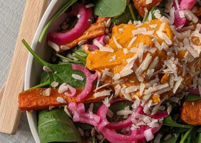 Bagt gulerods Salat Med Græskar Pure & Syltede Rødløg
