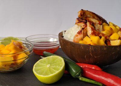Kylling marineret i sød chili med frisk mango salsa og ris