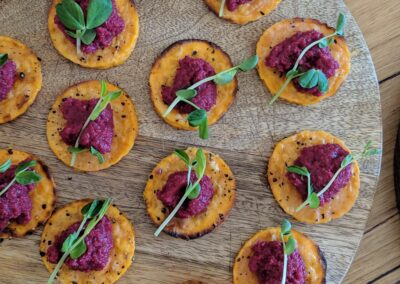 Sød Kartoffel Slice Med Rødbede Hummus & Ærteskud
