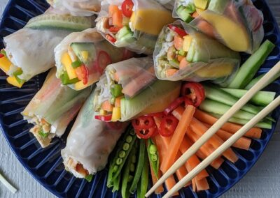 Vietnamesiske Forårsruller Serveret Med Peanut Butter Dip & Chili Sauce