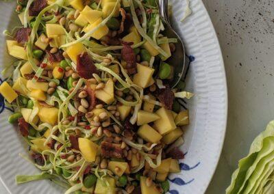 Spidskål Salat Med Bacon, Edamame Bønner, Pinjekerner & Mango