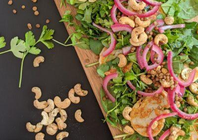 Grøn Linse Salat M. Halloumi, Syltede Rødløg & Toscana Cashewnødder